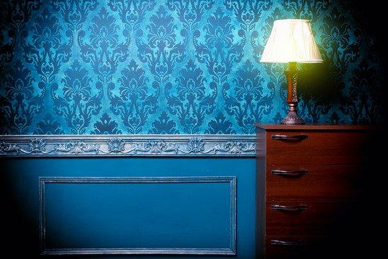 Фото комнаты с синими обоями