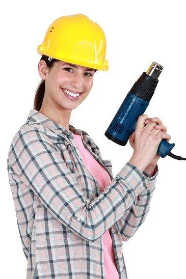 Женщина строитель с термопистолетом